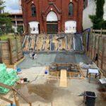 Blick in die Baugrube mit Fundament