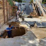 Bauarbeiter in der Grube für die Hebeanlage