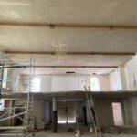 Beständsgebäude: Deckenrückbau und Sanierung Putz