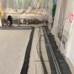 Heizung - u. Elektroinstallation im Boden des Saals
